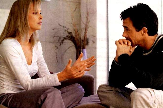 девушка разговаривает с мужчиной