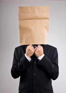 мужчина с пакетом на голове