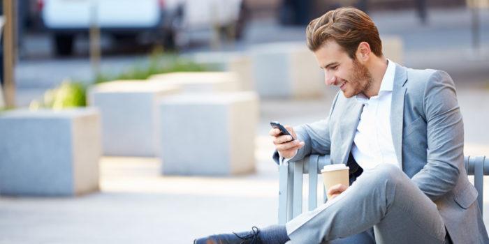 мужчина с мобильником