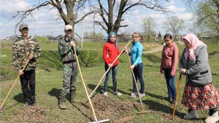 волонтеры помогают бабушке