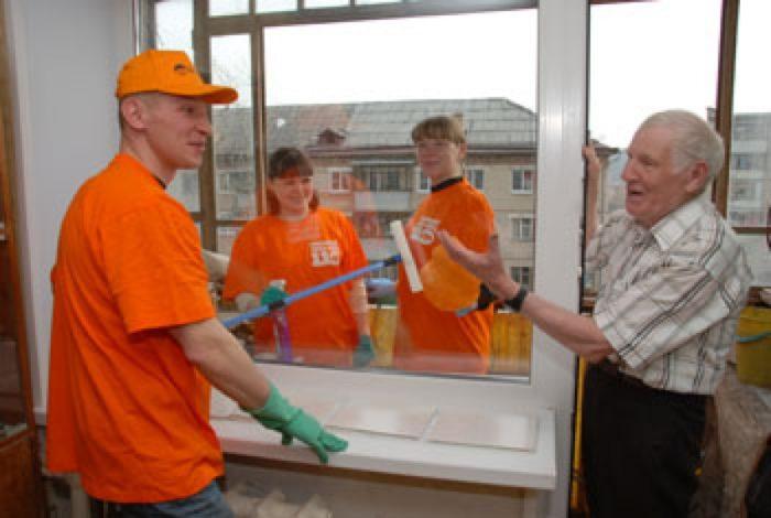 волонтеры помогают дедушке