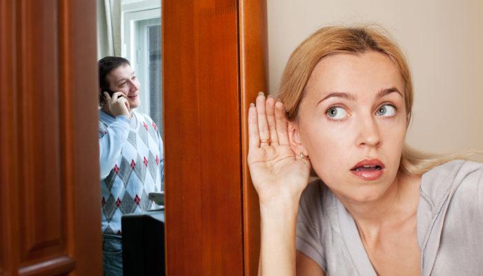 женщина подслушивает
