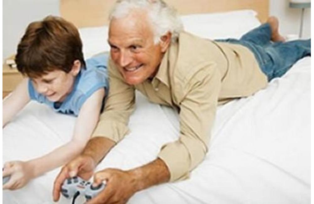 dedushka-igraet-v-vnukom
