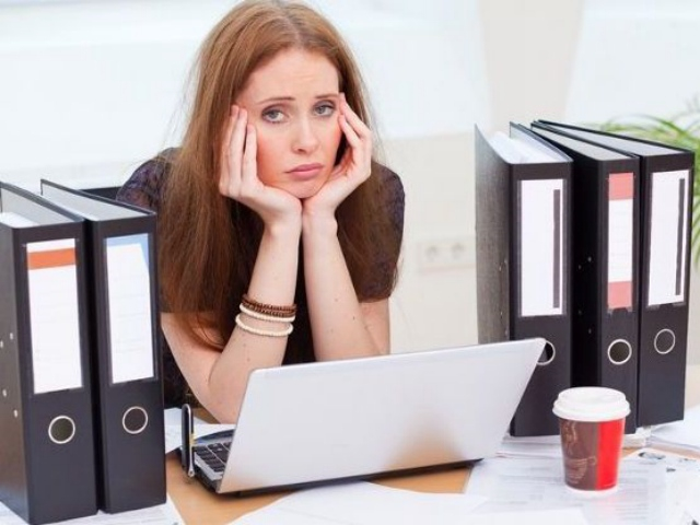 девушка грустит на работе