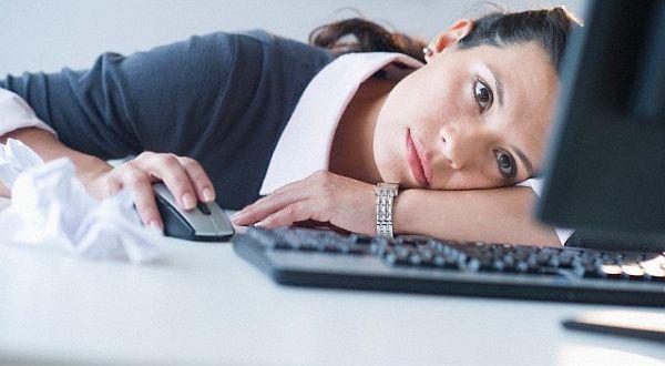 девушка лежит на клавиатуре