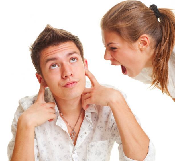 девушка ругает парня