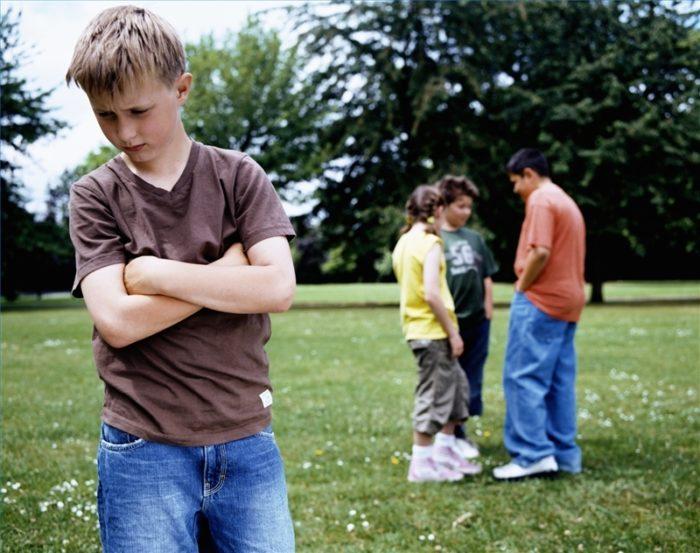 мальчик на фоне компании