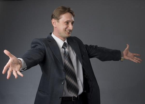 мужчина с откинутыми руками