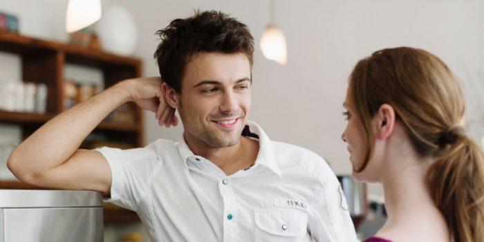 мужчина слушает девушку