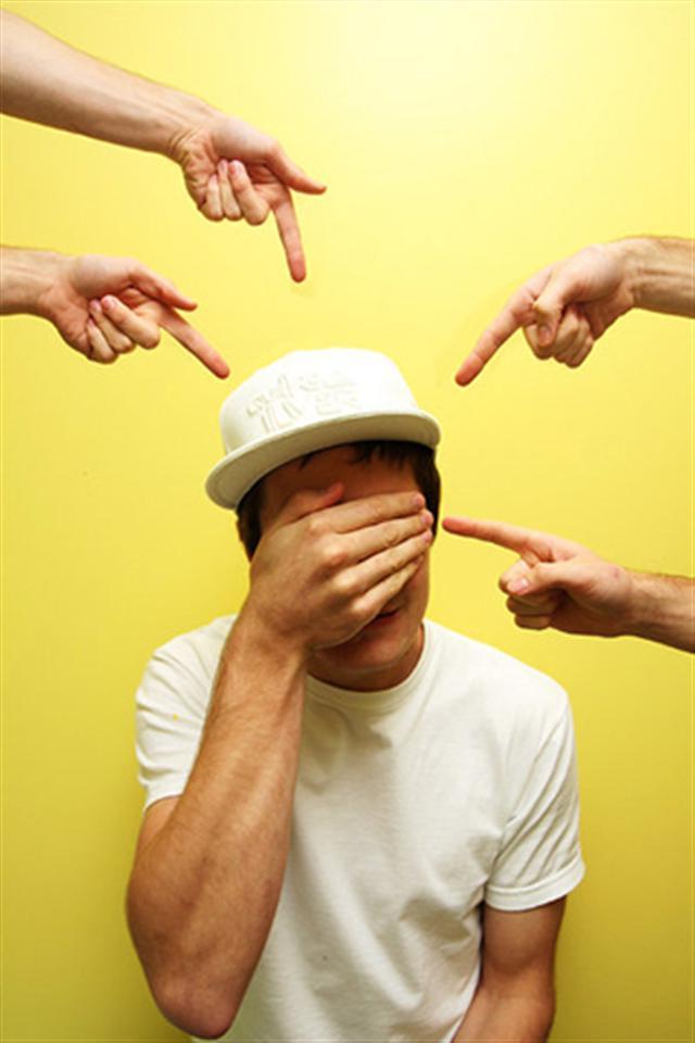 парень закрывает лицо