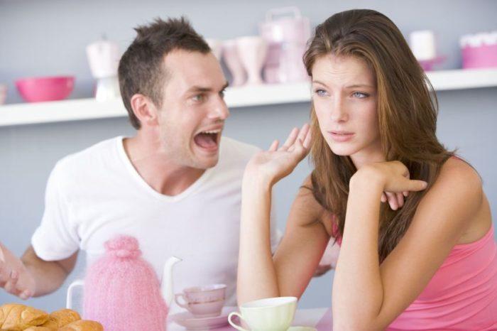 женщина спокойно отвечает мужу