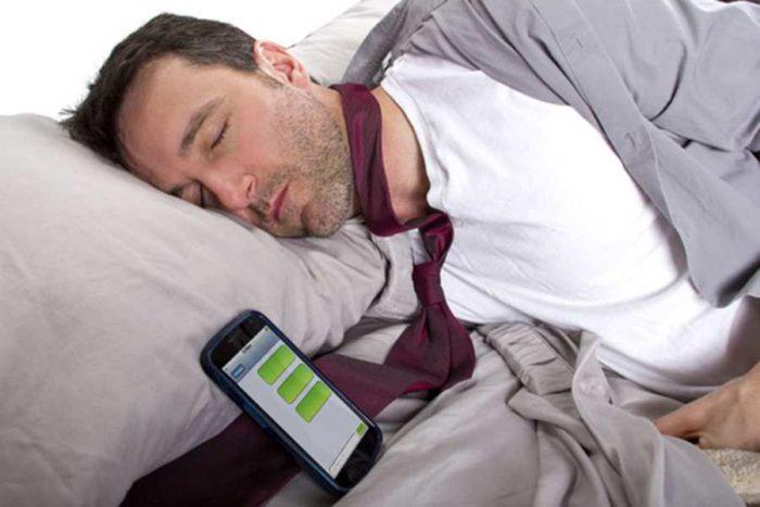 спящий мужчина со смартфоном