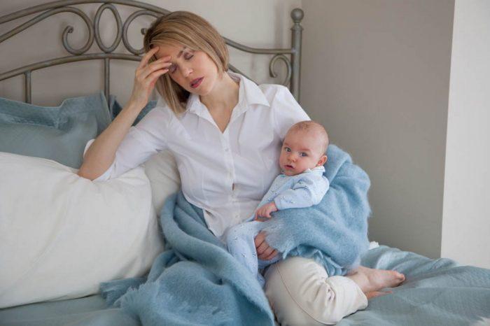 усталая мама с ребенком
