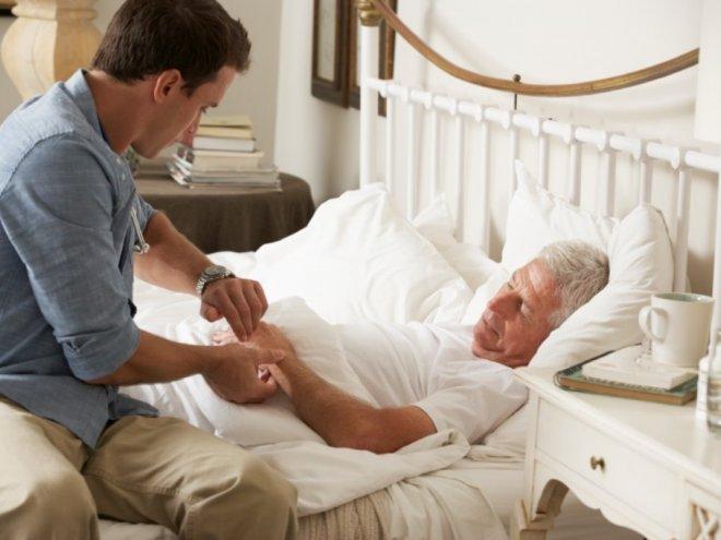 мужчина у постели больного