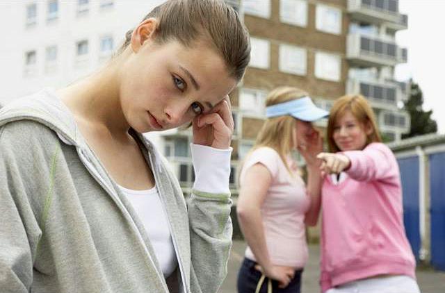 подростки смеются над девочкой