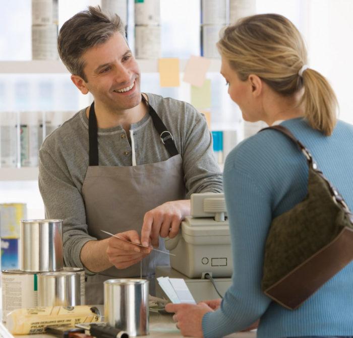 продавец объясняет покупательнице