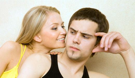девушка проявляет внимание к парню