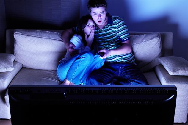 девушка и парень смотрят кошмары