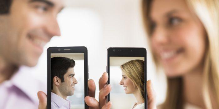 девушка и парень со смартфонами