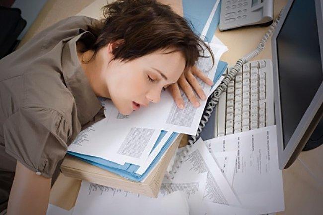 девушка спит на бумагах
